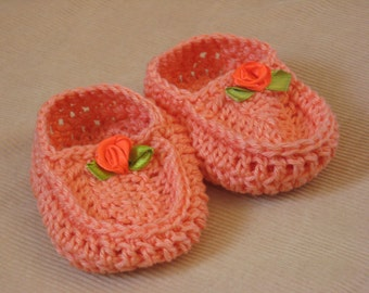 Peach cotton knitted baby moccasins with little satin flower