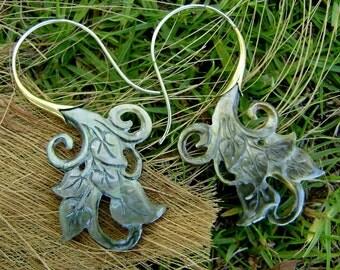 Fake Gauge Earrings black Shell & Mother Of Pearl Earrings - Hand Carved Tribal Organic Fake Piercings