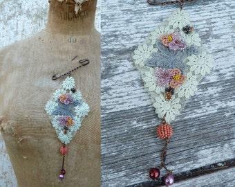 BOUDOIR lace exquisite pendant brooch