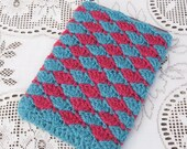 Crochet Kindle Cover, Harlequin Fuschia and Hyacinth Shell Pattern, Organic yarn