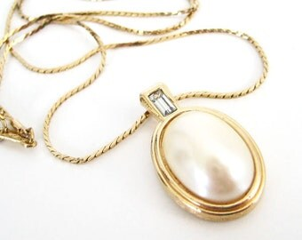 Vintage 80's Avon // Pearl Rhinestone Oval Necklace