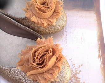Shabby rose blossom shoe clips available in 70 colors. Perfect for a chic French look.