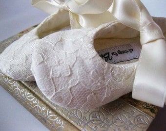 Ivory lace baby shoes baby booties toddler girl shoes cream girls Christening shoes Baptism baby shoes - Lacey Ivory