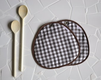 clearance potholders - sale brown gingham pair of cotton fabric potholders - farm kitchen - foodie gift - rustic kitchen - host gift