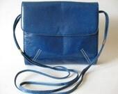 Smooth Italian medium blue leather strappy vintage shoulder bag purse leafy corner detail