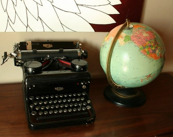 Antique Royal Typewriter in Excellent Condition - Black Finish - Glass Keys - Cast Iron