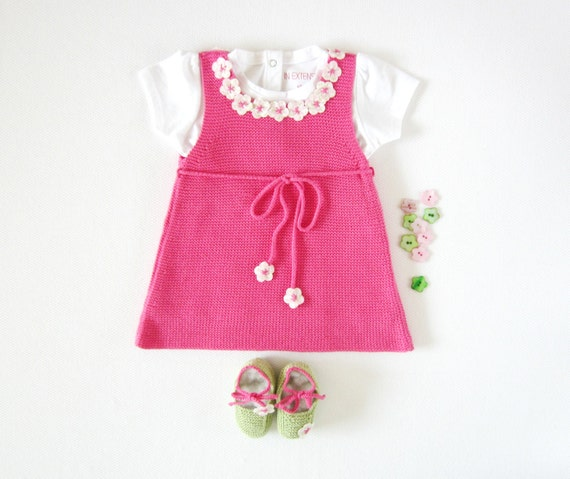 A knitted baby dress with little flowers, fuchsia, little shoes. 100% cotton. Newborn. ITEM UNIQUE.