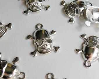 10 Halloween Skull & Crossbones charms antique silver 27x23mm FCA22080