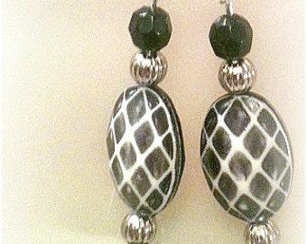 Great Gift!! Black & White Oval Pattern Bead Earrings