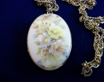 SALE     Beautiful Vintage Flower Transfer Gold Tone Locket with Chain.