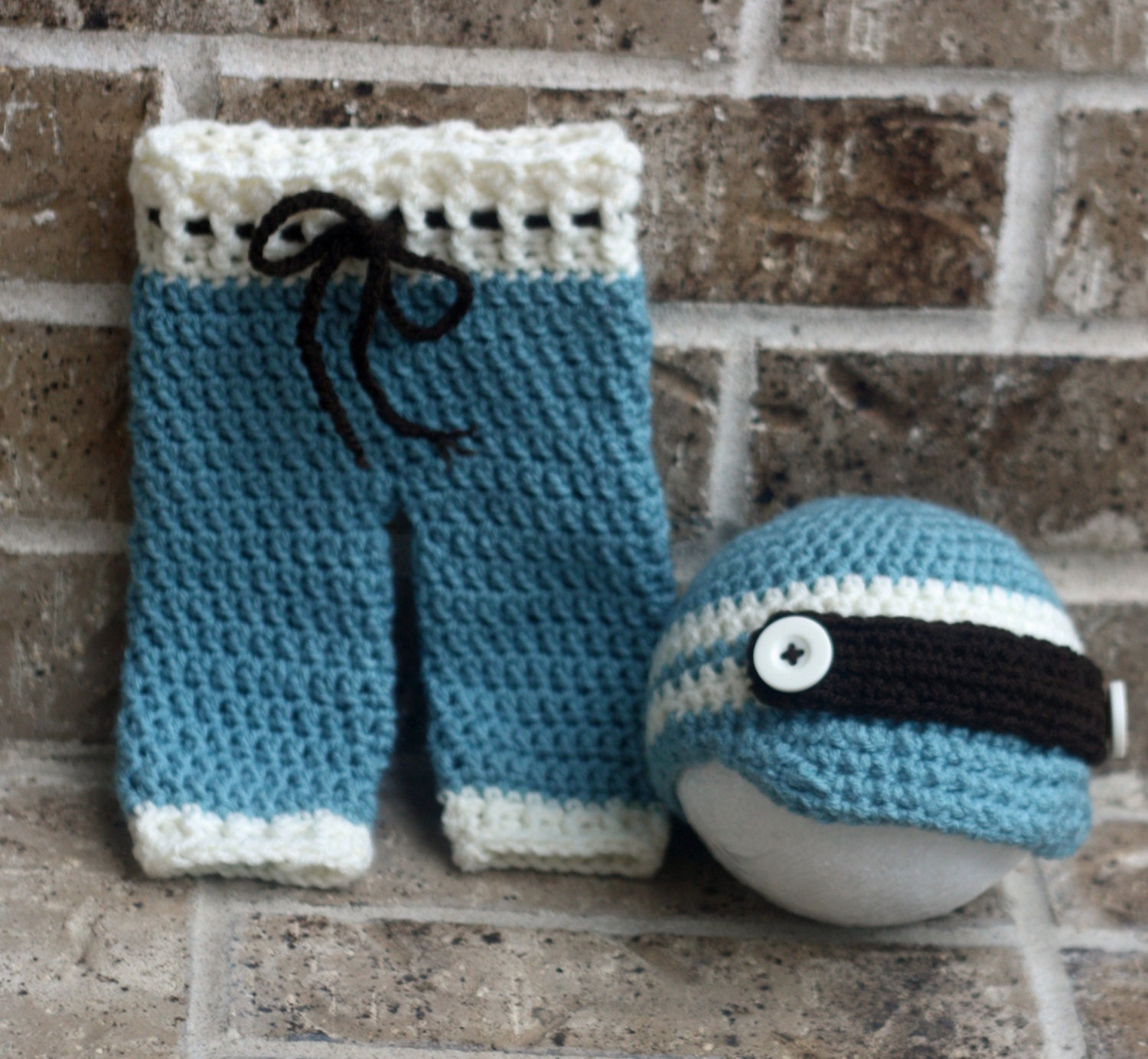 Cute crochet baby pants pattern, for baby boys or baby girls. *Disclosure. Need a way to keep a baby warm? these baby pants are a quick project and very easy to follow.