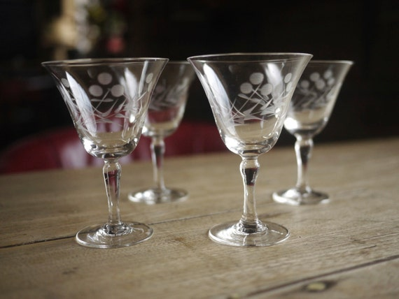 A classic vintage set of 4 etched cocktail aperitif glasses for Classic aperitif