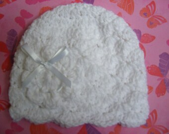 Instructions to make newborn baby hat with flower in shell stitch