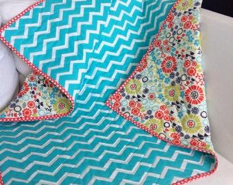Neutral reversible crib quilt