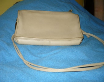 Coach, Off White, Leather, Can be a Clutch or a Wristlet Purse, Fashion, Acessories, Large, Authentic Coach, Fashion Items, Good Zipper NICE