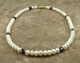 White Pearl Necklace with Garnet (Κολιέ με Λευκά Μαργαριτάρια και Γρανάδα)