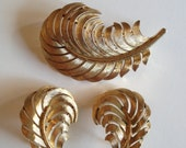 Vintage Crown Trifari Brushed Gold Feather Brooch Pin & Earrings Set