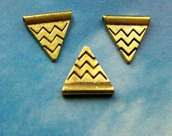10 antiqued gold triangle pennants, focal piece or spacer bead, zigzag details, 14mm