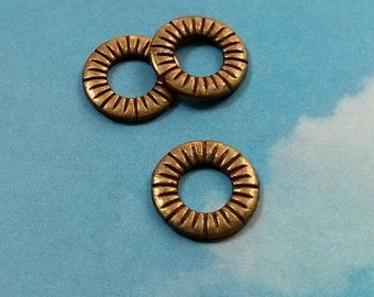 SALE - 40 closed rings with etched rays, bronze tone, 15mm