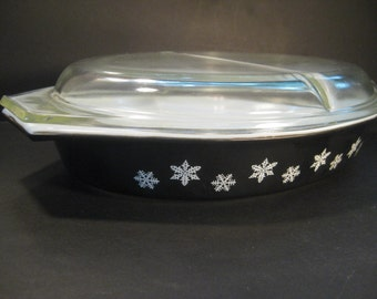 Retro Mad Men Black & White Snowflake Pyrex 2 1/2 quart milkglass divided casserole with lid, 1960s midcentury, TheRetroLife