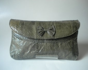 Vintage 1980s green leather alligator-embossed clutch