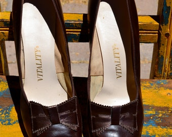 vtg 60s Mad Men Mod Chocolate Brown Leather Kitten HEELS Adorned w/ Bronzed Leather Bow size 9.5