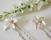 WEDDING SALE Bridal Flower Hair Pins - Wedding Hair Pins Set of 2 - made with pearlescent flower buttons