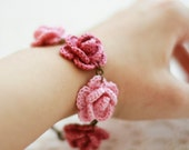 Ruusu floral bracelet with gold plated jump rings and clasp