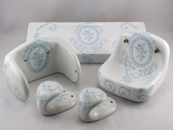 Vintage porcelaine de paris bathroom accessories blue white for Vintage bathroom accessories