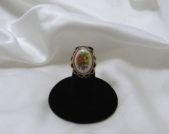 "Vintage 1970s AVON Goldtone Ring with ""French Flowers"" Cameo"