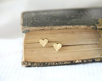 Tiny Hammered Heart stud, Small Brass Heart Earrings, Minimalist Dainty Gold Jewelry, Custom Bridal Bridesmaid Gift, Christmas Gift, Modern