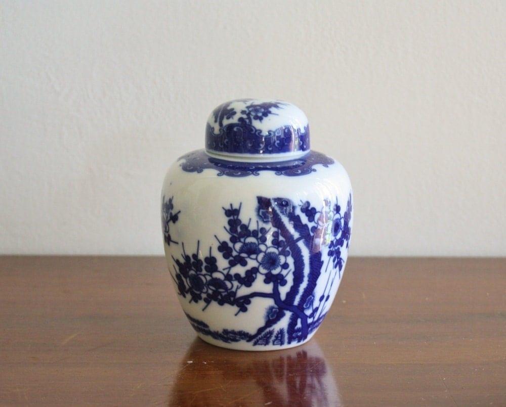 vintage blue and white ginger jar with lid. Black Bedroom Furniture Sets. Home Design Ideas