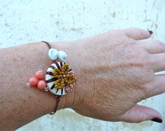 BOUTON RAYE bracelet assemblage button , paste glass & beaded flowers