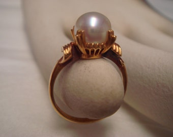 Vintage  pearl ring in 18K gold vintage setting from the 1950's to 1960's size