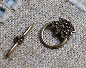 Clasp JBB Antiqued Brass Toggle 16x13mm Round 3 Flowers