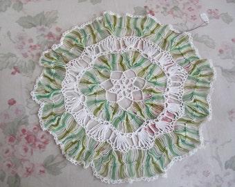 Vintage Handmade Shabby Chic Shades Of Green Finely CROCHET Needlelace Doily Dresser Linen Q14