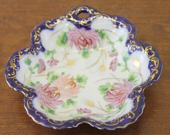 Vintage White & Blue Dish w/Pink Flowers and Scalloped Edge (E865)