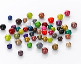 boule de 12 mm en laiton recouverte de résine coloré, existe en couleurs elle se visse sur les bijoux  personnalisables