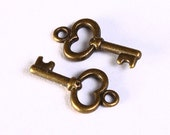 15mm Antique brass key charm -  Antique brass pendant - nickel free - lead free - cadmium free (1205) - Flat rate shipping