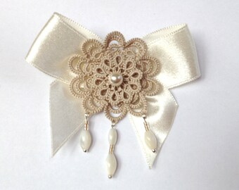 Beige tatted lace brooch, floral