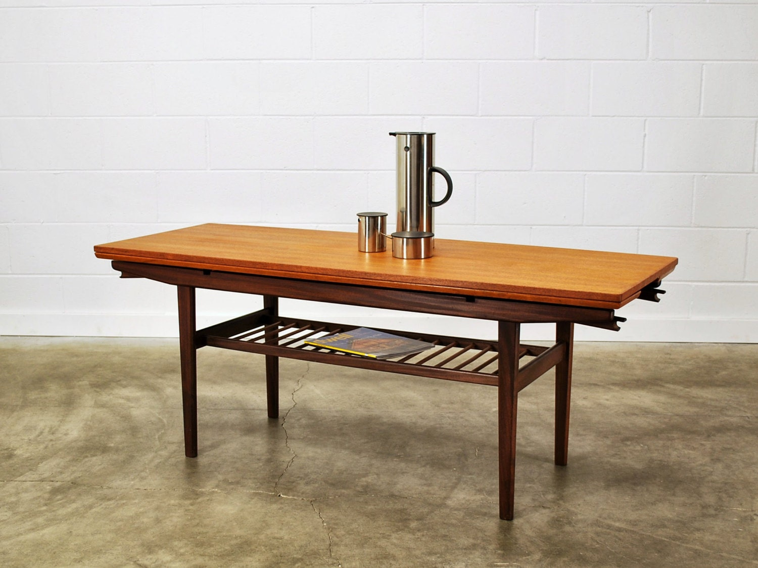 Height adjustable coffee dining table in teak and mahogany for Adjustable coffee table