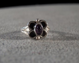 Vintage Sterling Silver Fashion Ring with an Oval Amethyst in a Butterfly Setting, size 5     M