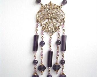 Collier bohême romantique mi-long en perles de cristal et d'améthyste violet, chaine et estampe filigranée doré vieilli