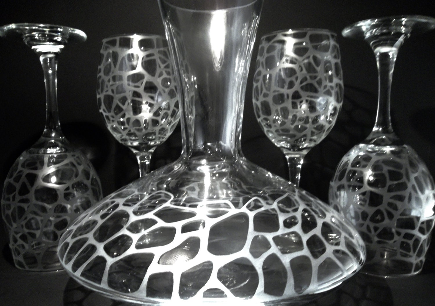 wine decanter and wine glass set etched with giraffe print. Black Bedroom Furniture Sets. Home Design Ideas