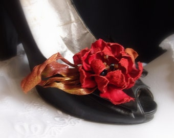 Incredible accessoires...the shoes clips . Lovely , sofisticated , romantic or elegant look for you !