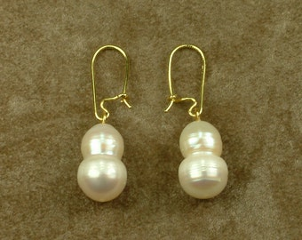 Gold Hanging Earrings with White Twin Pearls (Χρυσά Κρεμαστά Σκουλαρίκια με Λευκά Δίδυμα Μαργαριτάρια)