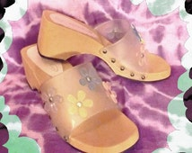 Pastel Daisy Jelly Sandals *90s* Size 7 Flower Child Boho Cute 60s Throwback Clear Frosted See-Thru Studded Wedge Rubber Slides