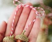 1 set of golden acorns ornament