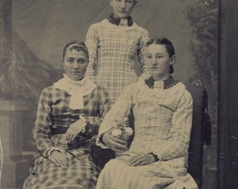 Three Young Women in Different Patterned VICTORIAN COTTON DRESSES Tintype Photo Circa 1880s
