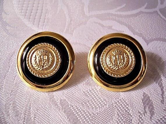 Liz Claiborne Blue Dark Navy Emblem Buttons Pierced Stud Earrings Vintage Raised Leaf Rope Letter Crown Ringed Center Seal Wide Band Edge